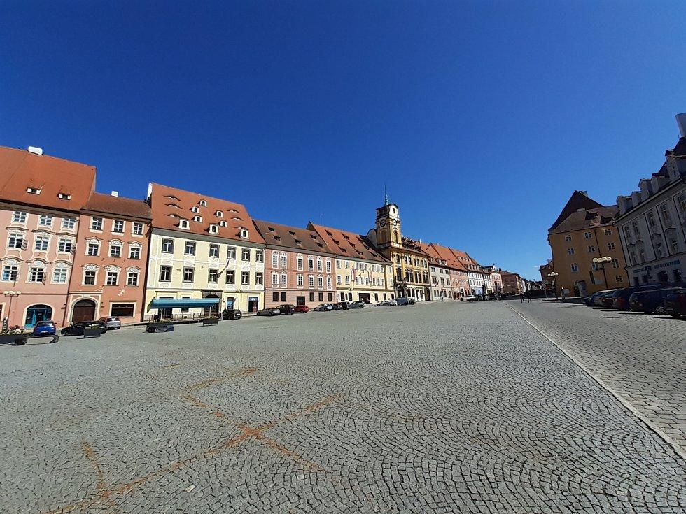Slavný seriál Cirkus Humberto se částečně točil také na chebském náměstí Krále Jiřího z Poděbrad. Podívejte se na místo, kde se točilo.