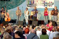 DAVY NÁVŠTĚVNÍKŮ dorazily na obnovený country a folkový festival Babí léto na Chebském hradě. Představilo se tu celkem šest kapel.