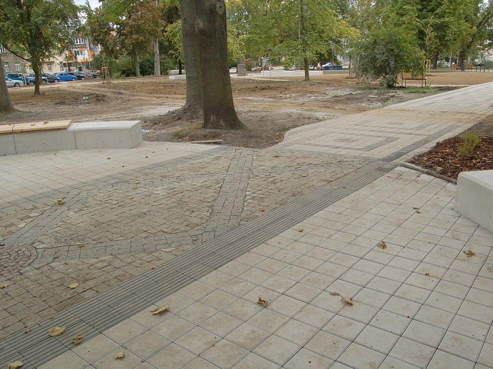 Nové chodníky, lavičky, odpadkové koše i pouliční lampy. Tak to nyní vypadá ve zrekonstruovaných městských sadech v centru města Chebu.