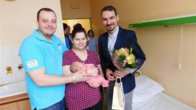 """Na svého prvního letošního občánka si muselo do 3. ledna počkat město Cheb. """"Holčička Julinka se narodila ve čtvrtek 3. ledna 2019 v 9.10 hodin v chebské porodnici. Starosta města Antonín Jalovec přišel pogratulovat šťastné mamince a tatínkovi a popřál ho"""