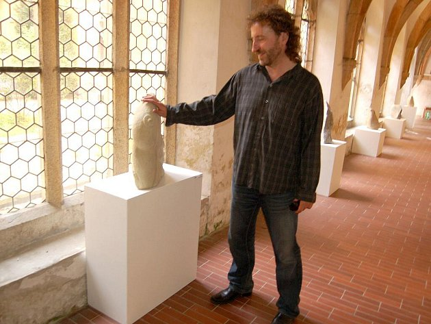 Výstava opracovaných kamenů a fotografií ve františkánském kostele v Chebu zítra 26. května končí.