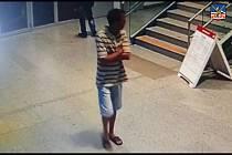 Policie pátrá po muži z videozáznamu z Horního nádraží, který by mohl být figurovat v případu pokusu o znásilnění.