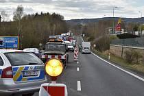 Několikakilometrové fronty na hraničním přechodu v Pomezí nad Ohří rozčilují stále více řidičů.