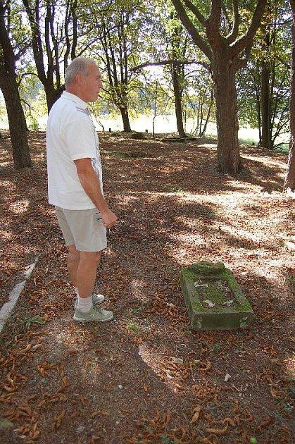 Obec Krásná obnovuje hřbitov v zaniklé obci Újezd