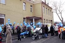 TÉMĚŘ 200 LIDÍ SE PŘIŠLO do Drmoulu podívat, jak vypadal pokus o rekord o vypuštění balonků s přáním Ježíškovi.