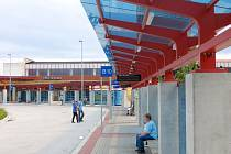 STŘÍŠKY NA AUTOBUSOVÉM terminálu v Chebu nejsou dostatečně široké. Při dešti na cestující prší, to se v budoucnu změní.