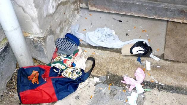 BATOH s ´feťáckým nádobíčkem´, plato tabletek a injekční stíkačky. Takový nález oznámil občan chebské městské policii ve dvoře na třídě Sovobody.