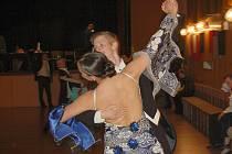 Postupová soutěž ve sportovním tanci se udála v chebském Produkčním centru Kamenná.