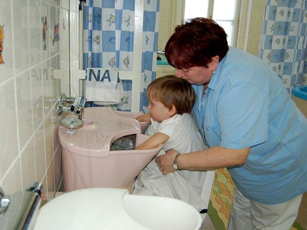 TŘÍ A PŮLLETÝ Bedříšek Dvořák si v Lázních Kynžvartu léčí astma a bronchitidu. Kvůli regulačním poplatkům ale léčebně ubývá pacientů.