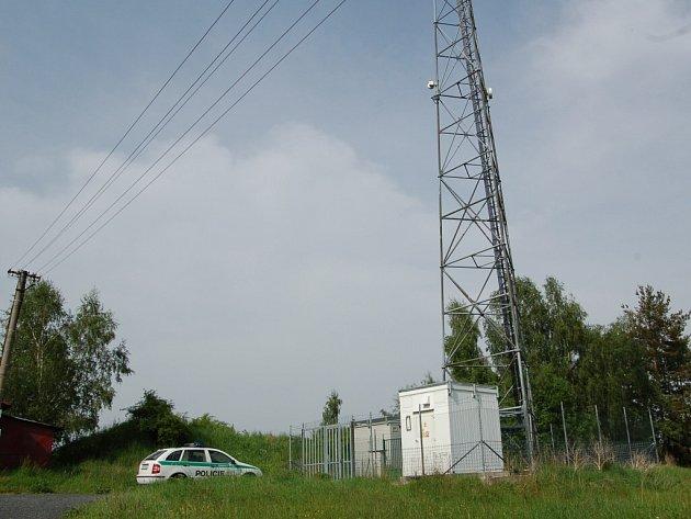 SLOUP TELEFONNÍHO VYSÍLAČE, ze kterého chtěl mladý muž skočit, stojí v Plesné v části Bamberk. Naštěstí jej místní policisté přemluvili, aby slezl.