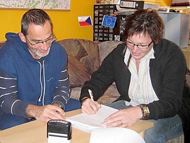 SMLOUVA. Ředitel Střední zdravotnické školy a Vyšší odborné školy Cheb Zdeněk Hrkal a Jaroslava Buchnerová z Jokeru podepsali smlouvu o spolupráci.
