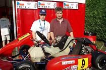 Emil Minář junior se svým otcem, trenérem, mechanikem a manažerem v jedné osobě  u svého stroje.