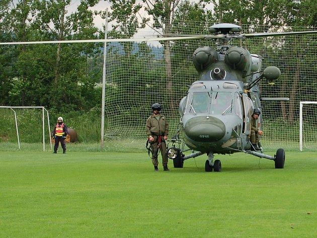 Hlavním lákadlem dětského dne v Dolním Žandově byl policejní vrtulník