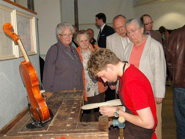 SOUČÁSTÍ VÝSTAVY HOUSLÍ v Marktredwitz byla i ukázka ruční výroby nástroje, tu předvedl žák Michal Rácz.