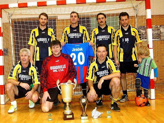 V tělocvičně sokolovského gymnázia se uskutečnil pod patronací reprezentanta Petra Jiráčka futsalový turnaj veteránů