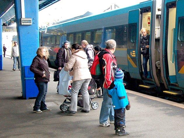 ČESKÝ RYCHLOVLAK PENDOLINO opět zavítal v sobotu v poledne na chebské nádraží. Od jara by se měli lidé dočkat i v neděli.