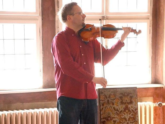 NA SMYČCOVÉ nástroje zahrál v dominikánské knihovně v Chebu Milan Šauša.