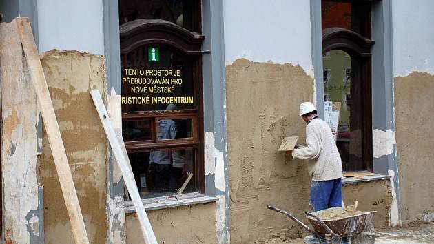 Stavební dělníci opravují fasádu jednoho z domů na chebském náměstí Krále Jiřího z Poděbrad, kde bude sídlit nové turistické infocentrum