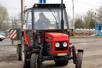 Závody v jízdě zručnosti s traktory v Chebu