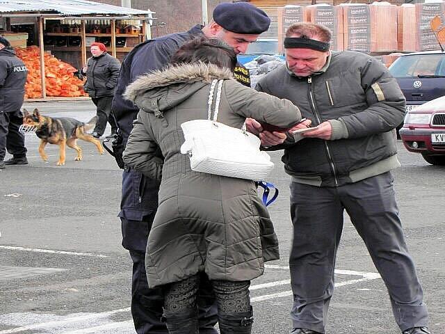 TAKÉ DVA PSOVODI se zúčastnili sobotní kontroly prodejních stánků ve Vojtanově.