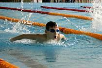 Chebský plavec Ondra Mareš z oddílu Žraloci si doplaval ve své kategorii v závodě na 100 metrů motýlek pro první místo.