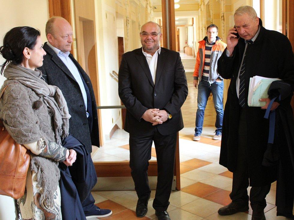 Radní města Aše Jiří Červenka (uprostřed) u chebského okresního soudu.