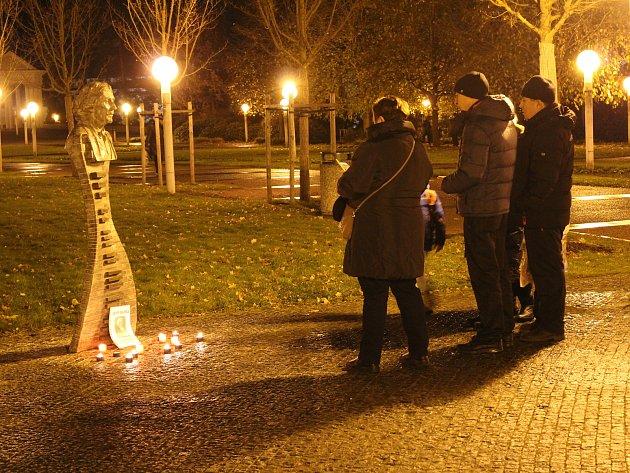 Uctít památku třetího výročí úmrtí slavného českého hudebníka, skladatele, zpěváka a dirigenta Petra Hapky přišly k improvizovanému pomníčku v Mariánských Lázních desítky lidí.