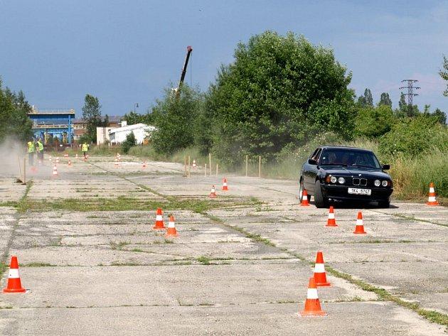 NA ÚČASTNÍKY CHEBSKÉHO AUTOMOBILOVÉHO orientačního závodu čeká mnoho doprovodných úkolů. Jedním z nich bude zdolání jízdy zručnosti.