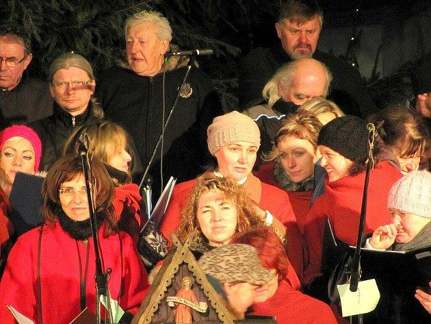 PŘI NOVOROČNÍM KONCERTU v chebském kostele svatého Mikuláše si lidé poslechli skladby v podání například chebského Mládežnického dechového orchestru.