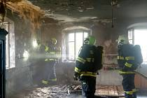 K požáru chalupy v Salajně u Dolního Žandova vyjely čtyři jednotky profesionálních i dobrovolných hasičů.