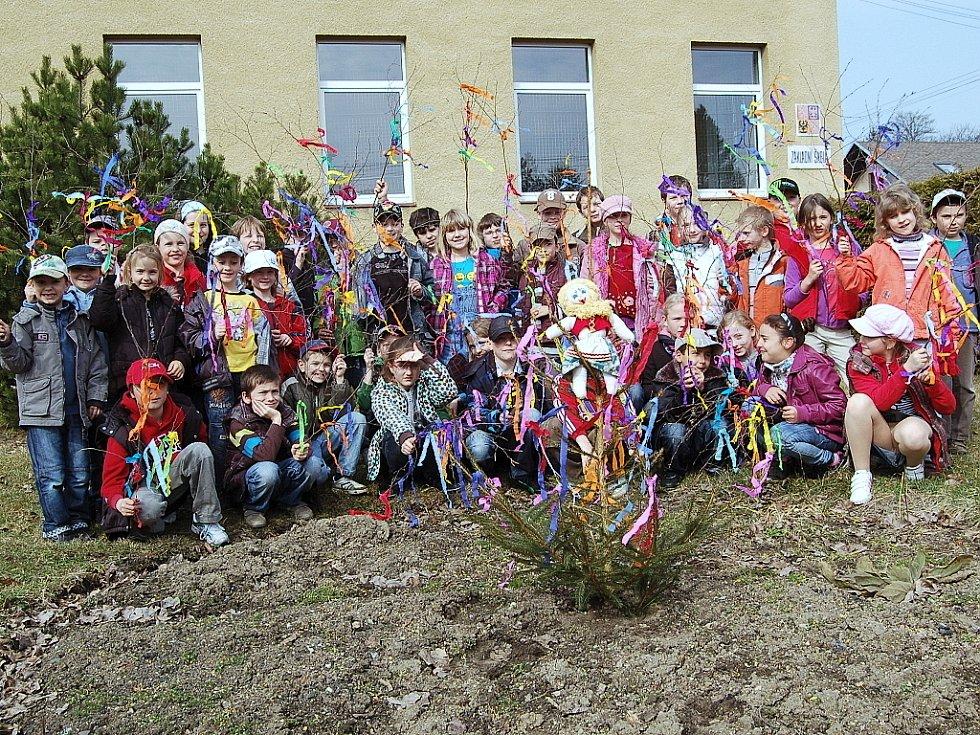 VÍCE než šest desítek dětí a rodičů se účastnilo již tradičního vynášení Morany v Drmoulu.