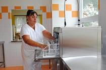 PRACOVNICE školní jídelny v Hranicích dostaly do výdejny jídel novou myčku. Marie Künzelová tak už nemusí umývat nádobí v ruce. Denně jí prošly rukama stovky talířů.