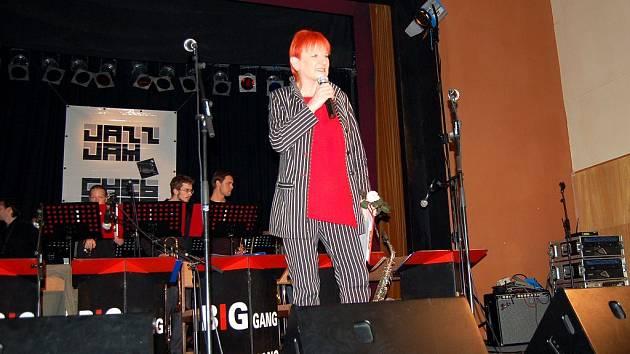 ZAHÁJILA JAZZ JAM. Nejznámější česká jazzová zpěvačka Jana Koubková přijela na chebský festival.