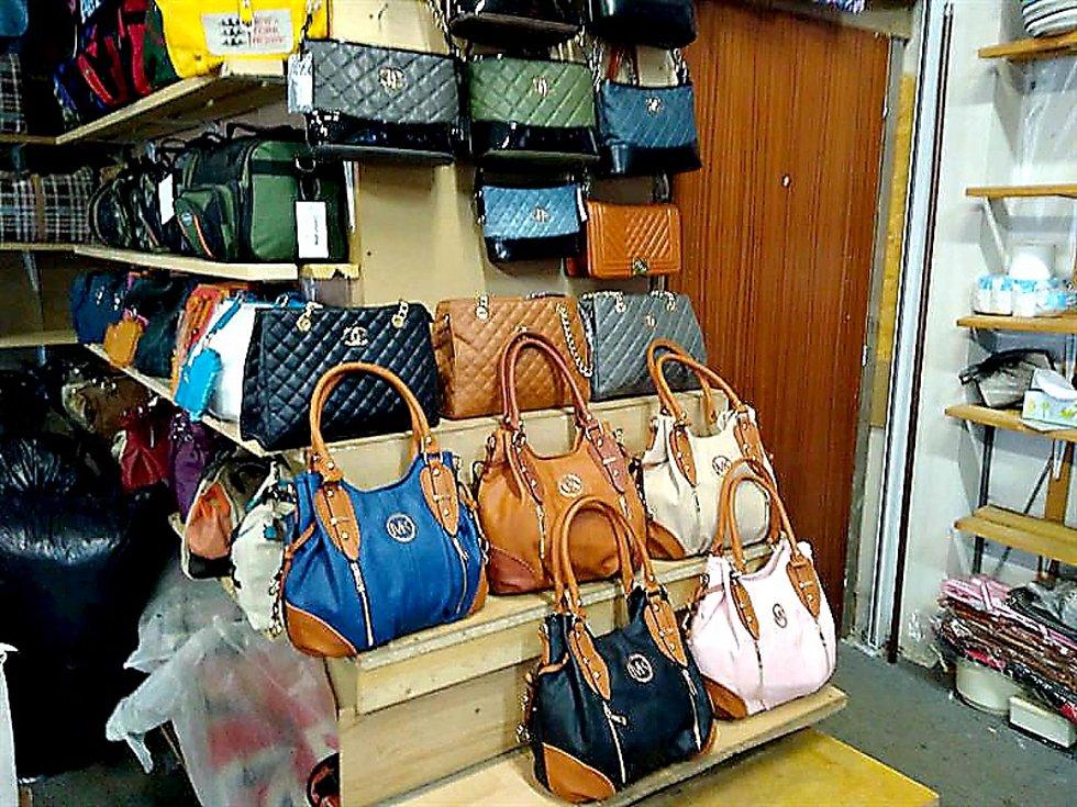 CELNÍCI  během víkendu  kontrolovali stánky na tržnici Asia Dragon Bazar ve Svatém Kříži. Zajistili zde 300 kusů oblečení, kabelek, opasků a peněženek, které stánkaři nabízeli jako originály značek např. Michael Kors, MCM či Prada.