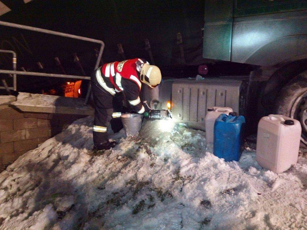 Po nehodě se kamionu protrhla nádrž, naftu zlikvidovali hasiči.