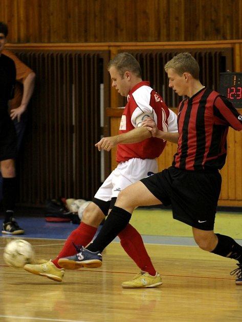 STANISLAV DLOUHÝ (vlevo na archivním snímku) se prezentoval ve druhém zápase hattrickem.
