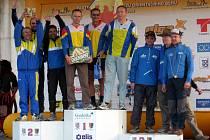 MARIÁNSKOLÁZEŃŠTÍ orientační veteráni Josef Milota, Jan Fišák a Jan Michalec (na nejvyšším stupínku zleva) vybojovali na Prostějovsku první místo v mistrovském závodě štafet.