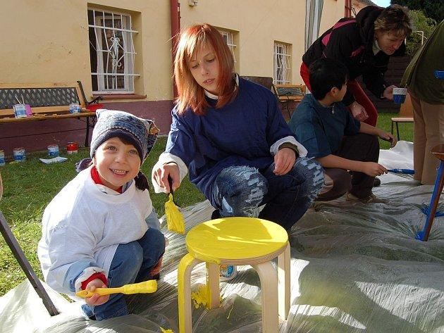 DĚTI MALOVÁNÍ ŽIDLÍ BAVILO. I když Emilce (vlevo) z chebského dětského domova stékala žlutá  barva úplně všude, byla nadšená, že si může namalovat svou židličku v Útočišti u Chebského hradu.