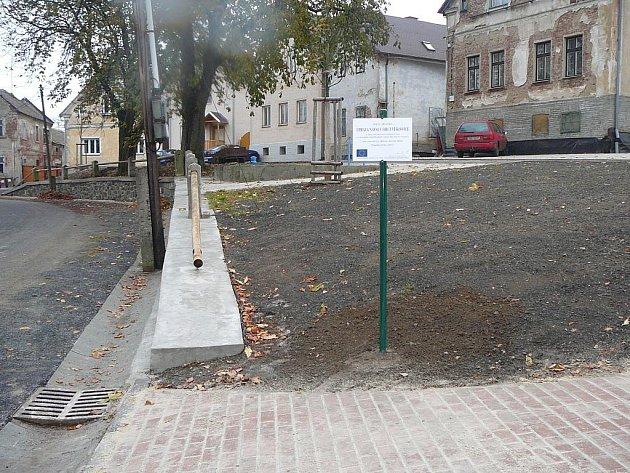 Obec Vlkovice u Mariánských Lázní dokončila projekt, který zahrnoval úpravu návsi. Byly opravené opěrné zdi, vybudovala se parkoviště.