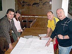 Na  schůzce  se  kvůli hale sešli  radní  Jiří  Pivoňka, radní  Luboš  Kapr,  pracovnice  majetkového odboru Petra  Fajfrová a  člen  komise  lázeňství  a  cestovního  ruchu  Jaroslav  Herza (zprava).