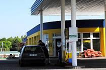 NA TÉTO ČERPACÍ STANICI v Chebu natankovali dva ze zákazníků, u nichž se pak projevila závada na vozidle. Provozovatel benzínky reagoval vstřícně a k potížím se vyjádří ve čtvrtek, kdy se osobně  dostaví do Chebu.