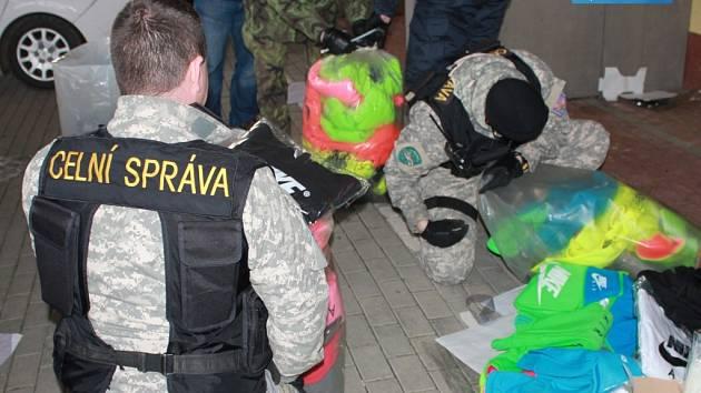 Další padělky našli celníci v chebské tržnici Dragoun.