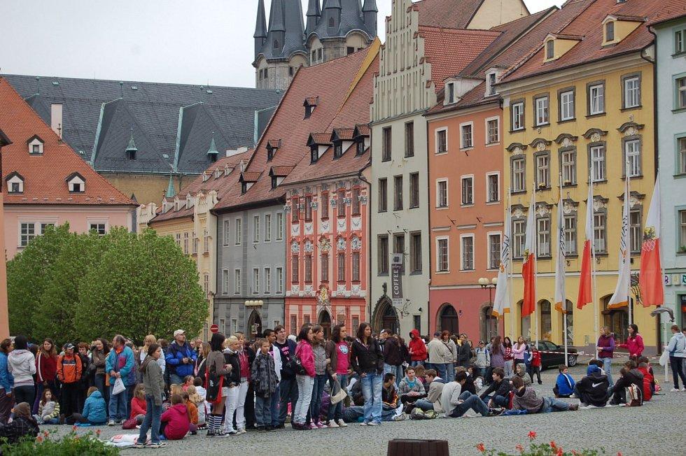 Před 11 lety se fotilo na chebském náměstí najednou 950 lidí.