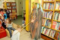 Děti ze základní školy se v dětském oddělení Městské knihovny v Chebu zúčastnily pasování na čtenáře.