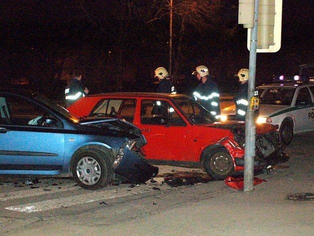 Noční dopravní nehoda, ke které došlo v sobotu 21. března večer v Chebu na křižovatce ulic Evropská a K Nemocnici