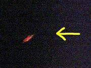 SNÍMEK, KTERÝ POŘÍDIL Stanislav Strmeň z Chebu. V pravé horní části jsou vidět čtyři světla v jedné linii (označená šipkou). Panelový dům stojí v Májové ulici. Vzadu je osvětlený hotel Hvězda. Snímek Stanislav Strmeň pořídil na Evropské ulici v Chebu.
