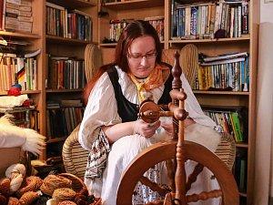 V obci Nová Ves nedaleko Křižovatky na Chebsku bylo o víkendu veselo. Setkali se zde už počtvrté řemeslníci, šermíři, výtvarníci a nadšenci, kteří oživují historické dovednosti a umění.