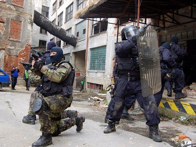 V areálu staré továrny v Plesné na Chebsku se konalo cvičení policejní zásahové jednotky Karlovarského kraje