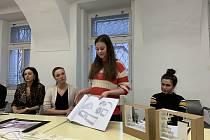 Jak by v budoucnu mohl vypadat exteriér a interiér mariánskolázeňského infocentra, ukázali komisi studenti Vysoké umělecké školy.