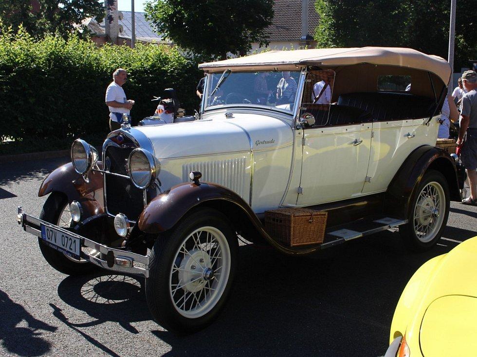 Závody historických vozidel vedly z Chodové Plané do Kynšperka a zpět do Mariánských Lázních.